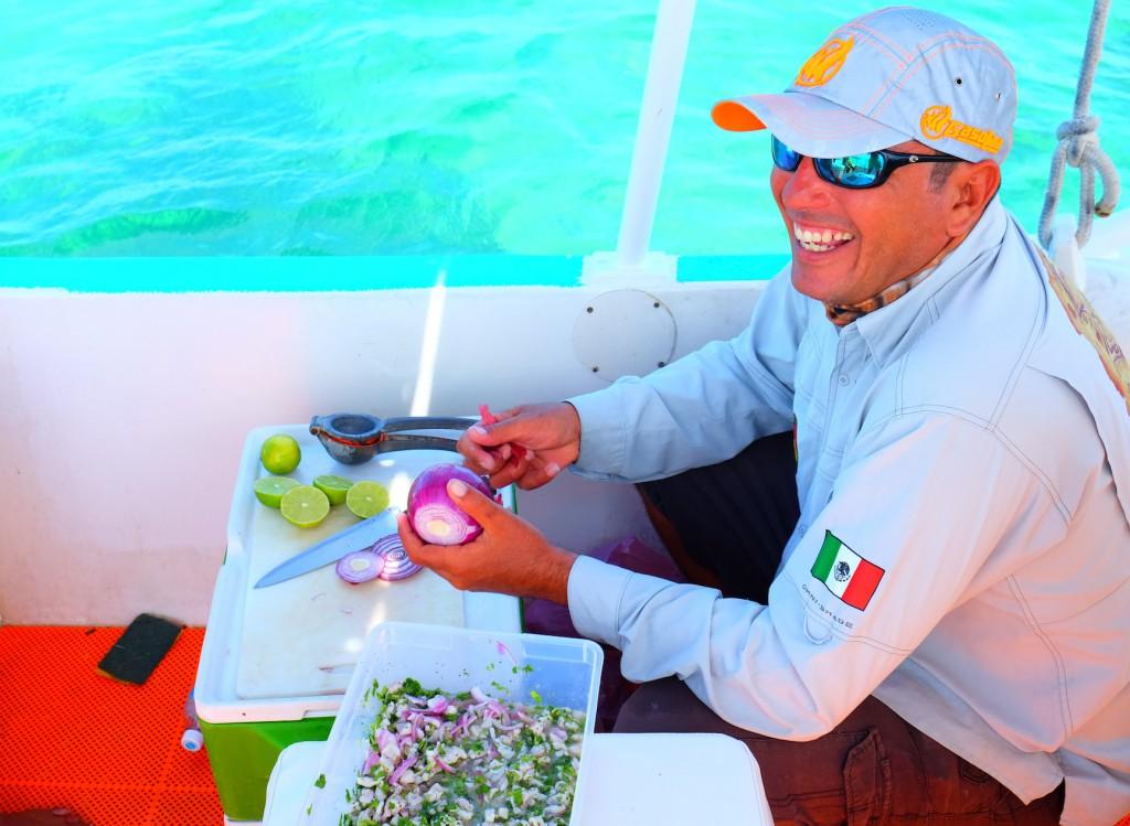 Capitano Erik macht Ceviche aus unseren Fischen