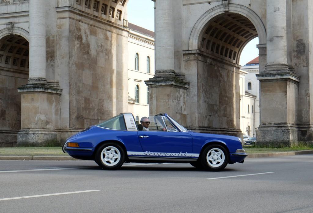 Lifestyle Blogger Bru fährt einen Oldtimer, einen Porsche 911