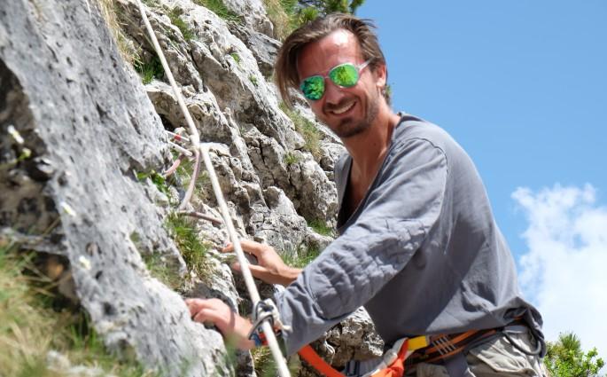 Bru klettert im Dolomitental Villnöss