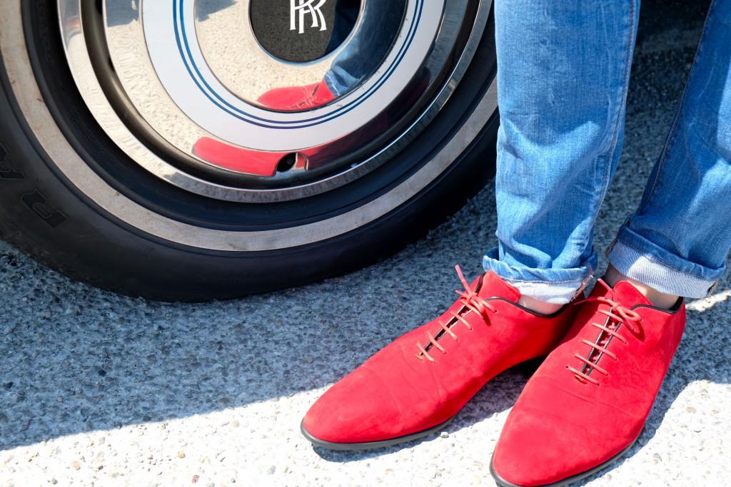 Nicht nur das Auto, auch die Schuhe sind ein Hingucker