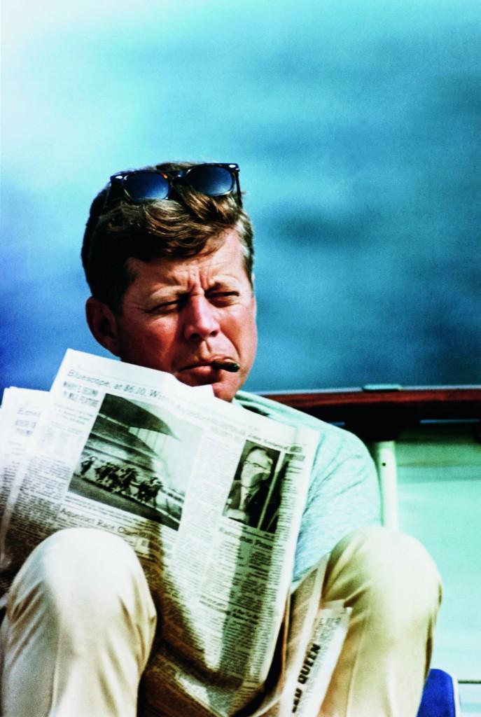 John F. Kennedy genießt das Leben an Bord. © Corbis