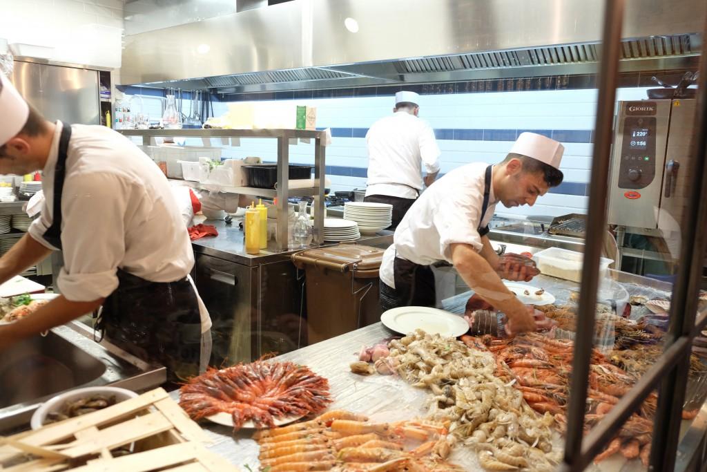 Essen mit Blick in die Fischküche
