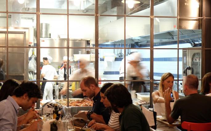 Essen mit Blick in die Küche