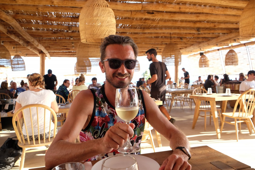 Blogger Bru im Restaurant des Scorpios Beach Club Mykonos