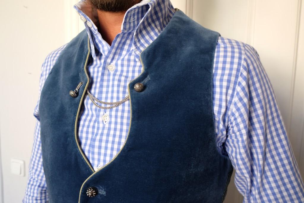 Das weißblau karierte Hemd hat einen übergroßen Kragen