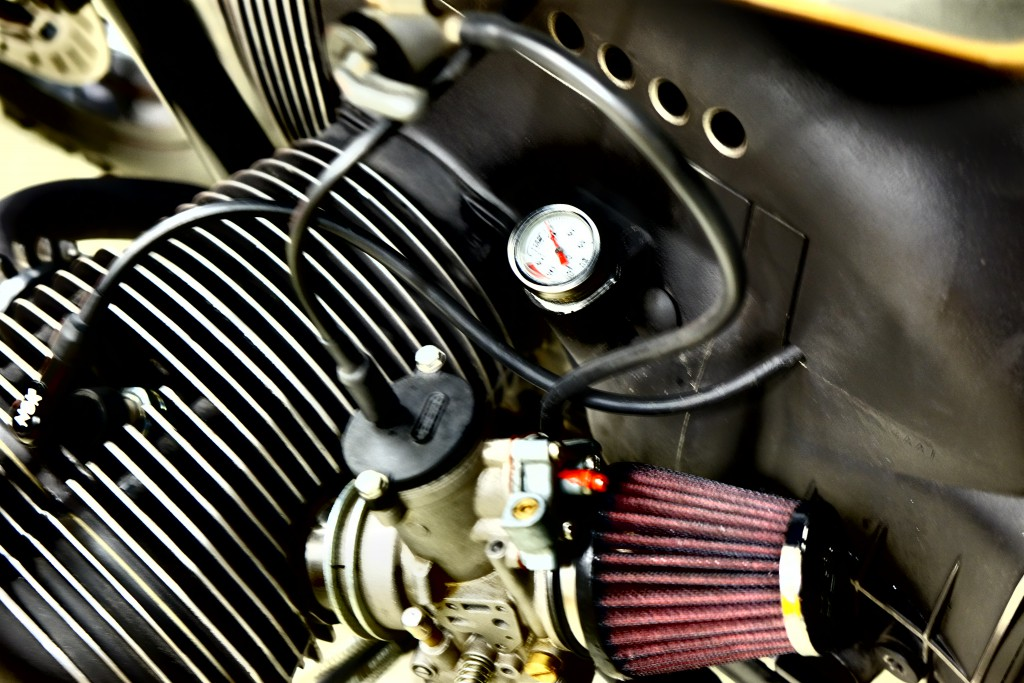 Detailbesessen: Bohrungen am Motorgehäuse, offene Vergaser