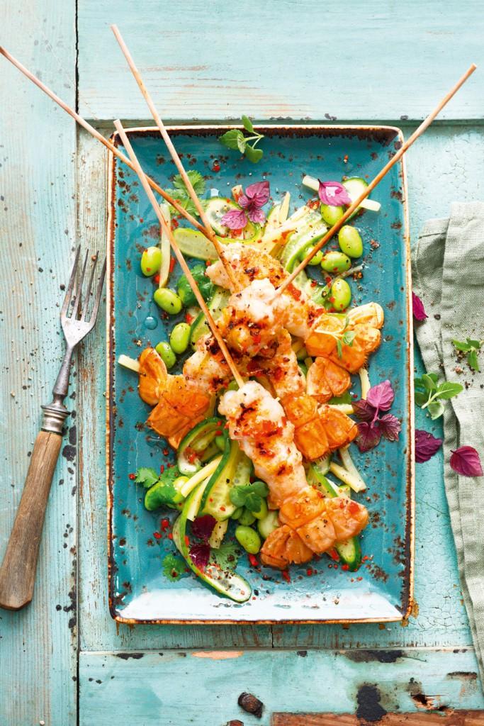 Marinierte Scampispieße mit süßsaurem Gurkensalat