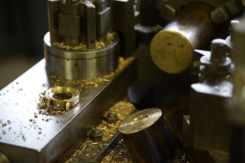 Die Uhr wird aus einem Bronzeblock gefräst