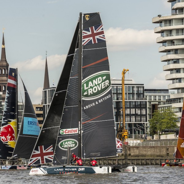 Action im Hamburger Hafen bei der Extreme Sailing Series in Hamburg