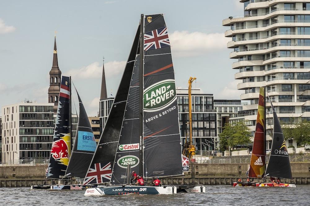 Action im Hamburger Hafen bei der Extreme Sailing Series in Hamburg