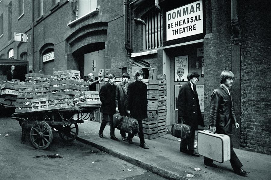 Die Rolling Stones unterwegs im Londoner Stadtteil Soho, 1964.