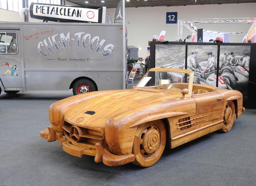 Spielerei: ein Mercedes Benz Roadster ganz aus Holz