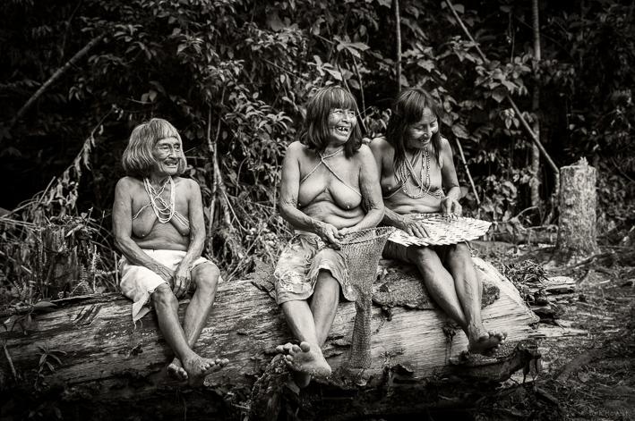 Matsés-Frauen amüsieren sich über den Weißen hinter der Kamera