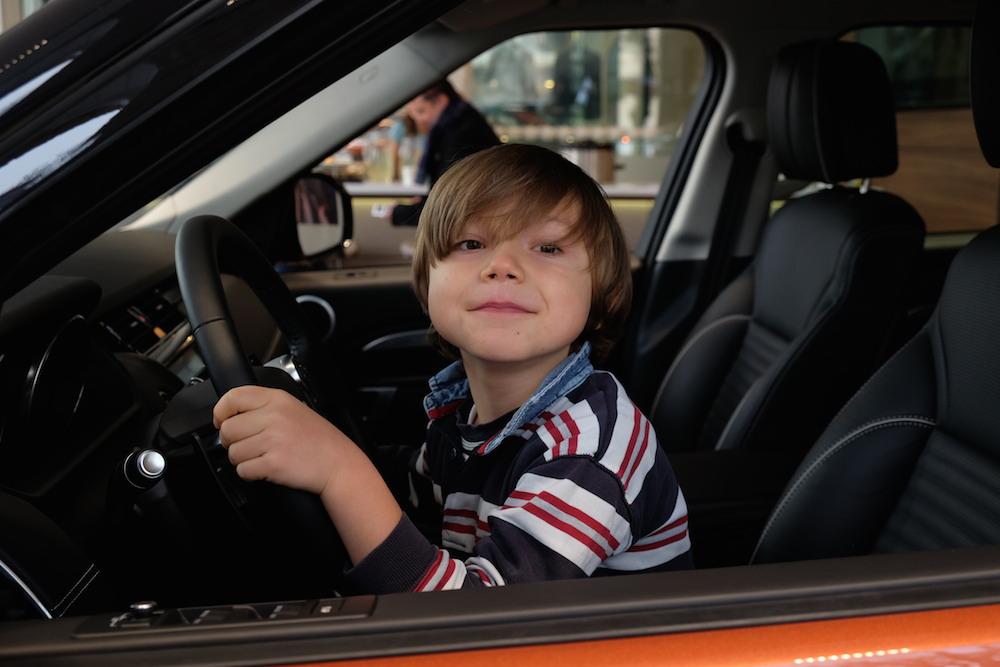 Auch Valentin ist begeistert von dem Auto
