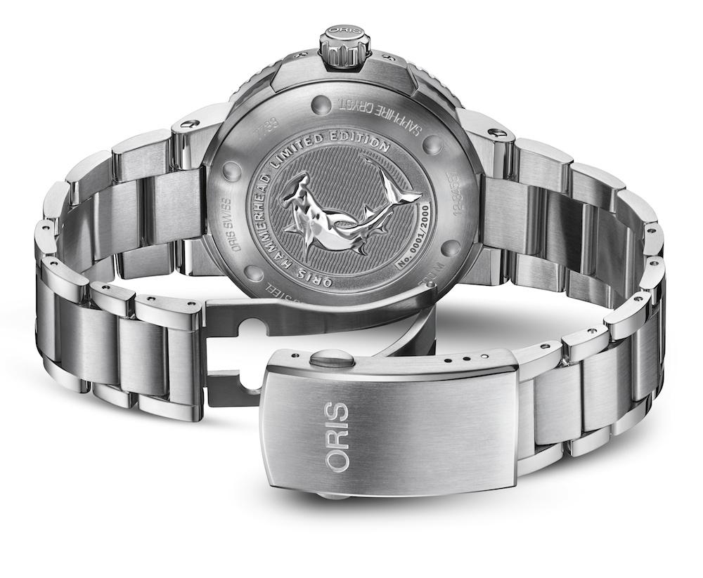 Machen die Uhr besonders: der eingravierte Hammerhai und die Limitierungsnummer