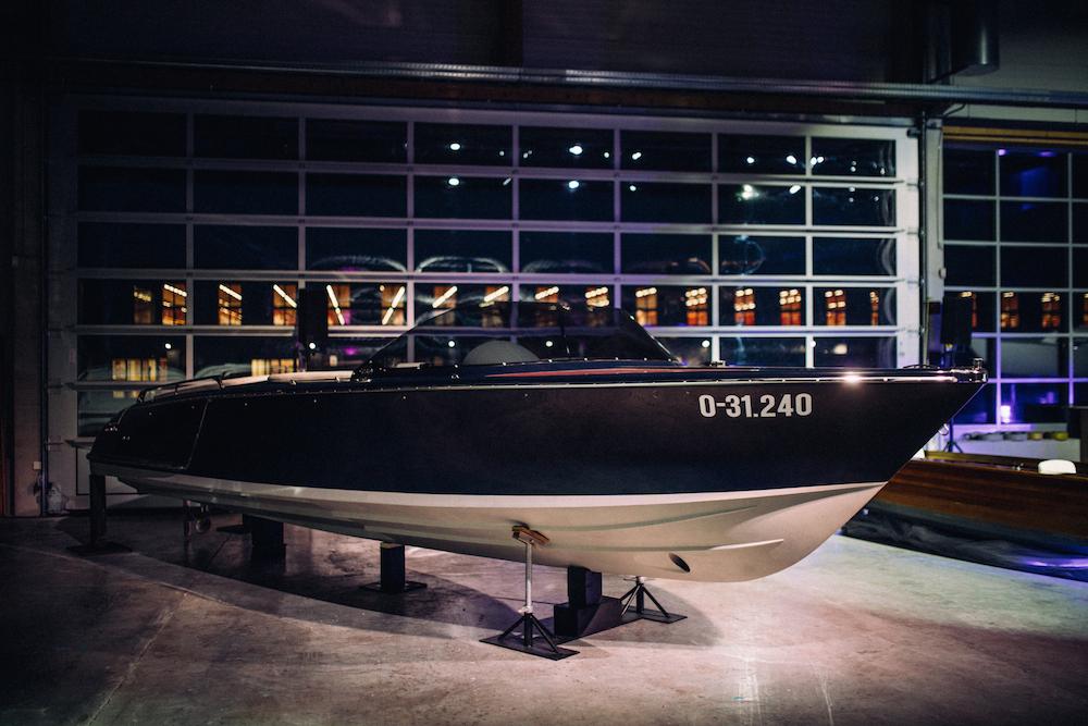 Ein Frauscher Boot durchzieht perfekt die Welle