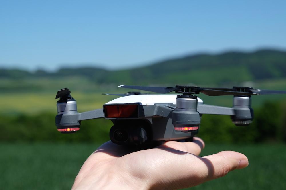 Die Drohne startet aus der Hand