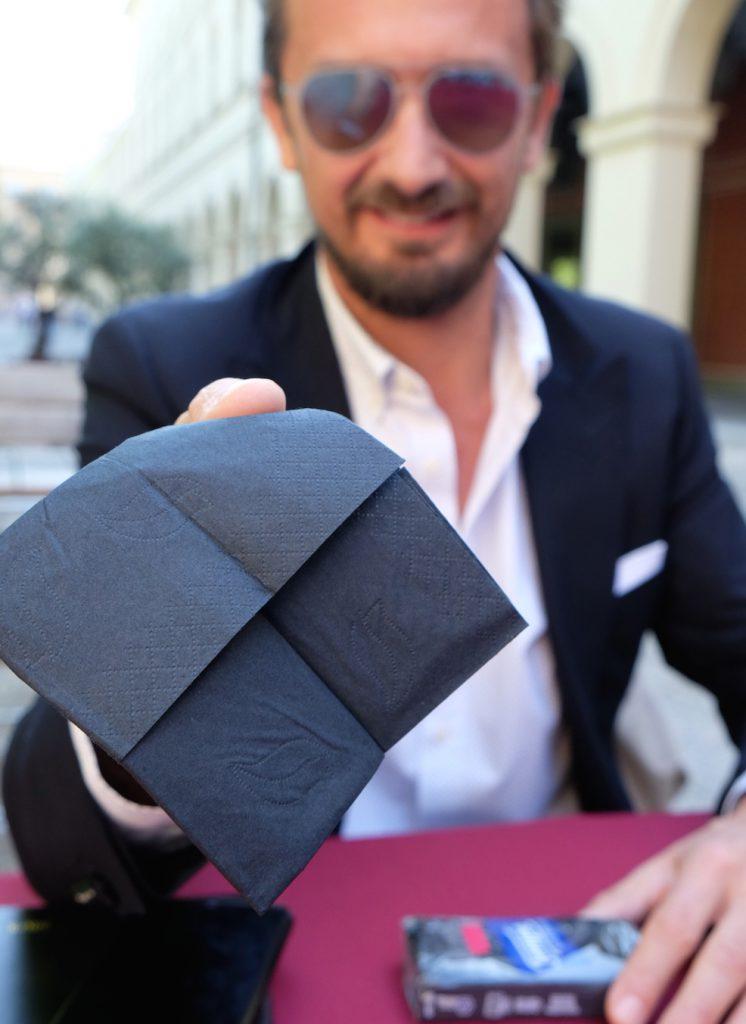 Das kleine Schwarze: das neue Taschentuch von Tempo