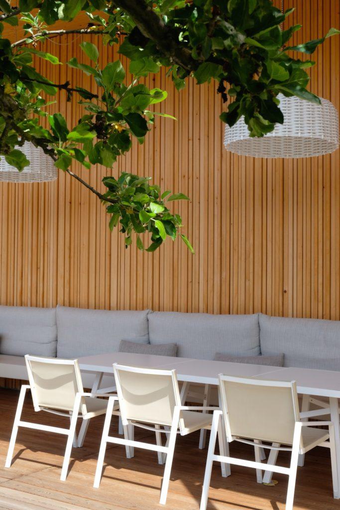 Die Terrasse gehört zu einem der vielen Restaurants im Tannenhof