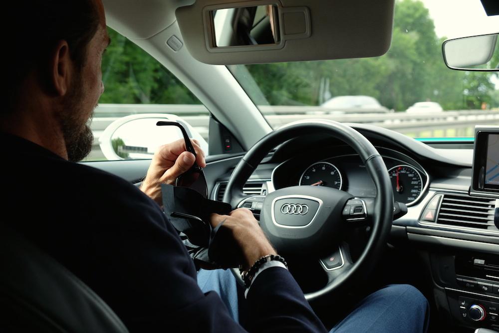 Und, was machst du so beim Autofahren? Brille putzen zum Beispiel!