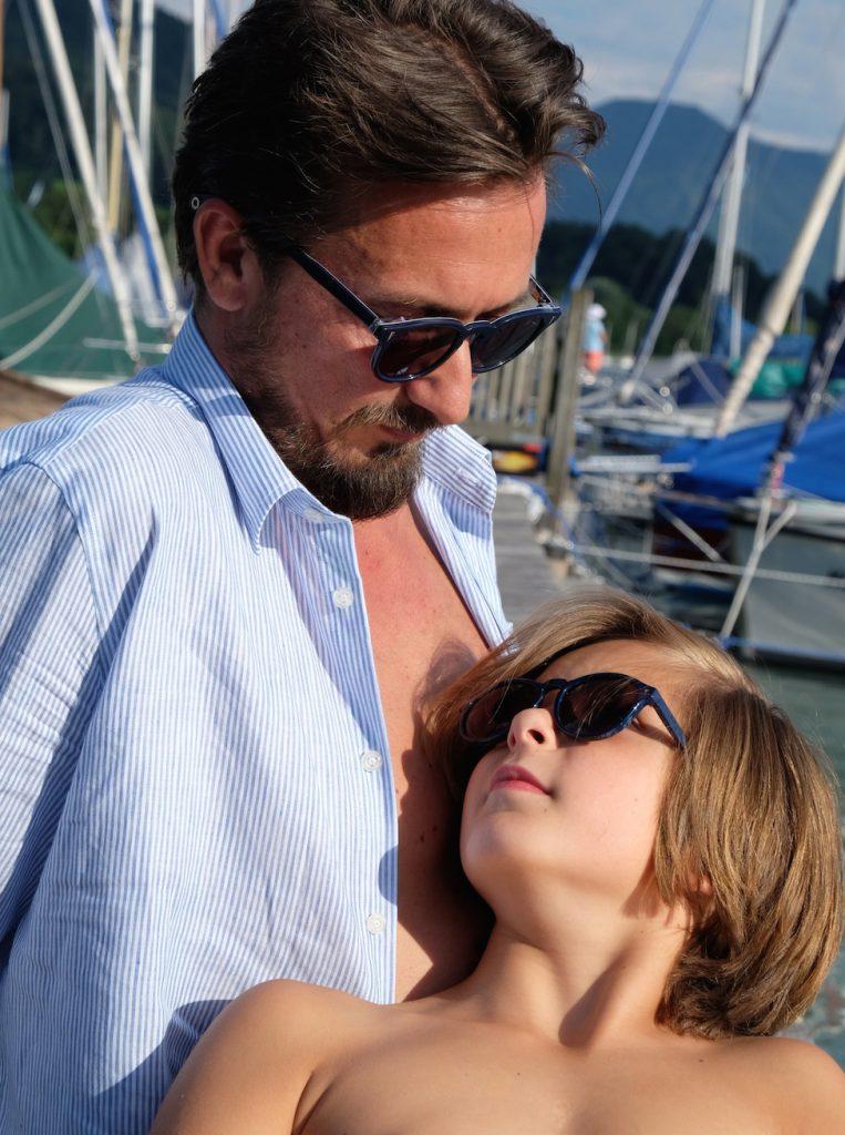 Für Vater und Sohn gibt es auch die gleiche Sonnenbrille