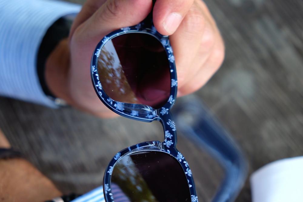Viele kleine Schildkröten zieren die Innenseite der Sonnenbrille