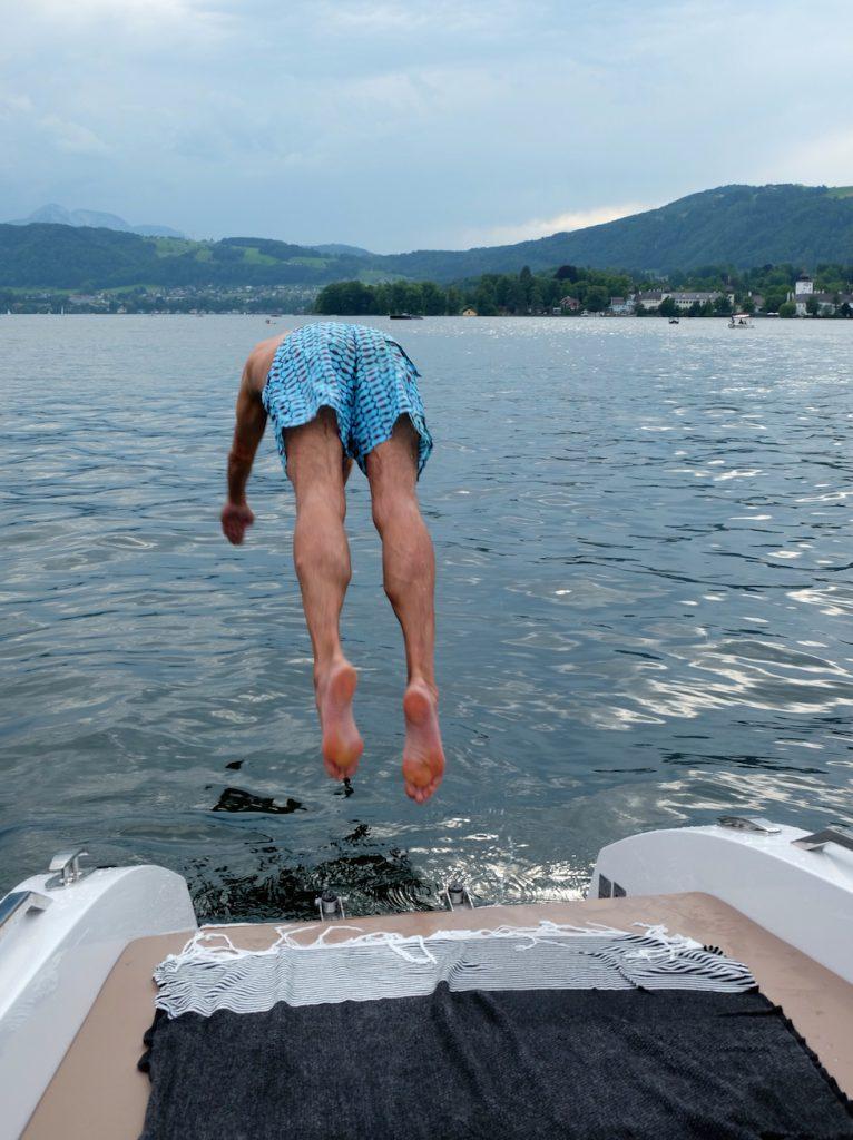 Macht Spaß - vom Frauscher Boot ins Wasser springen