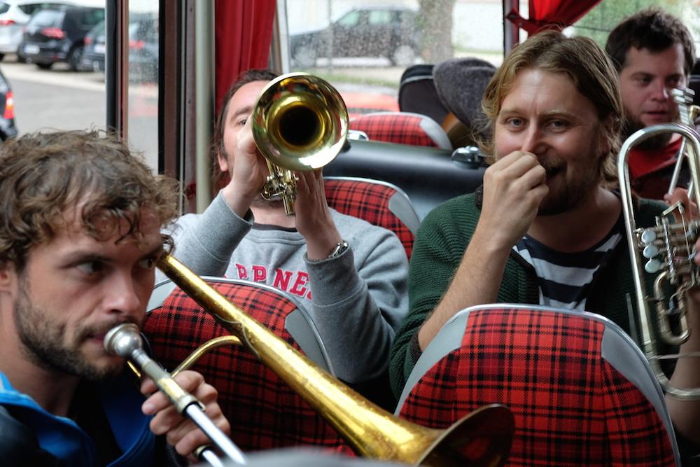 Im Bus sorgte die Band für eine mega Stimmung....