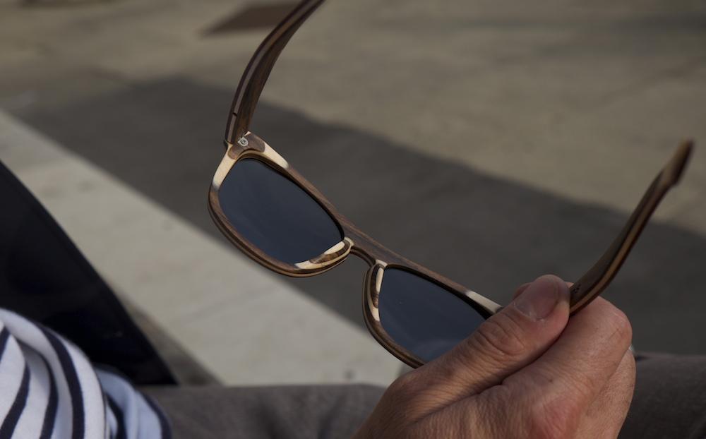 Die Brille besteht aus drei verschiedenen Holzarten