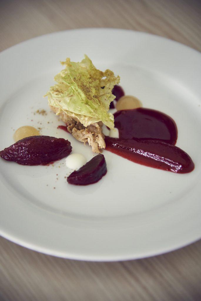 Heikos Vorspeise war ein Genuss: gelierte Borschtsch mit Schweinefleisch und knusprigen Salatblättern
