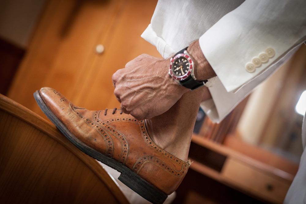 Sneakers oder Schnürschuhe passen perfekt zu diesem Anzug