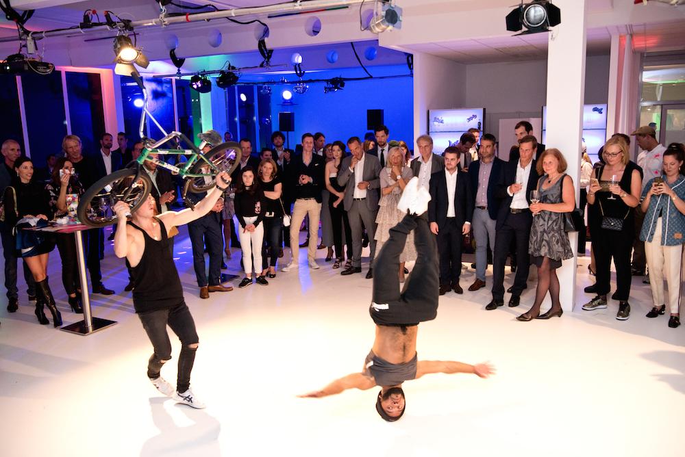 Lange nicht mehr so eine coole Breakdance Performance gesehen...
