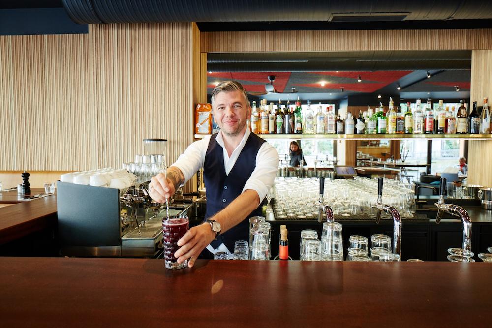 Klein, aber fein: die Bar im Riva