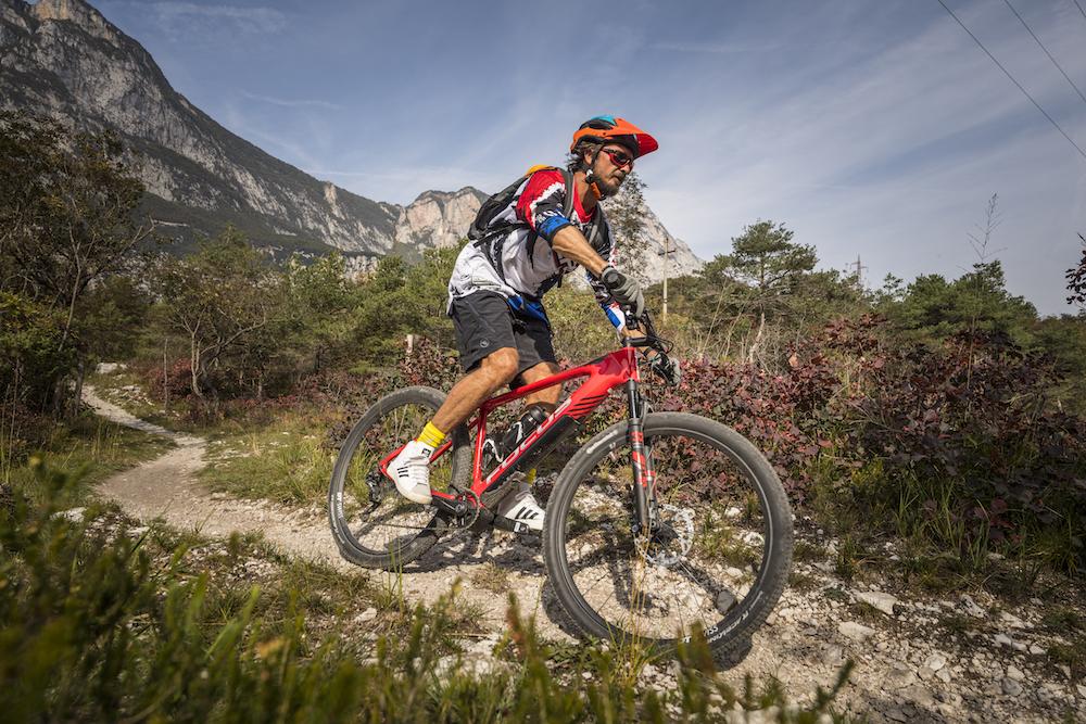 Perfekter Enduro-Helm: der Alpina King Carapax