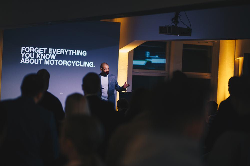 Husqvarna-Marketing Chef Felix Egidi bei der Präsentation