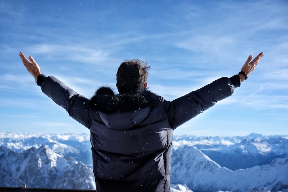 Über den Bergen, unter mir der Schnee