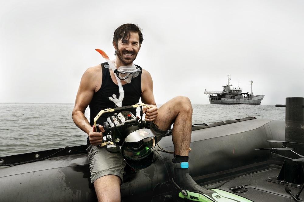 York mit seiner Leica-Unterwasserkamera an Bord der Meeresschutz-Organisation Sea Shepherd bei ihren Einsätzen auf hoher See.