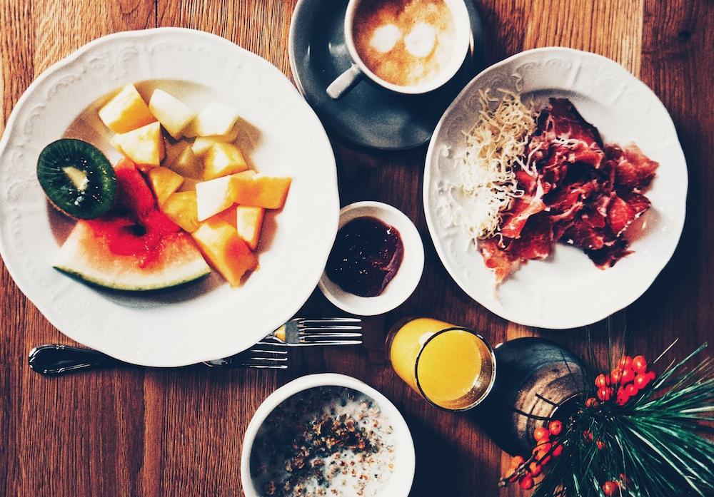 Alles, was man für den perfekten Start in den Tag braucht: Bio-Obst, Chia-Müsli und Schinken