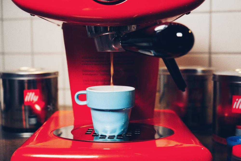 Der Kaffee kommt mit 15 Bar in die Tasse