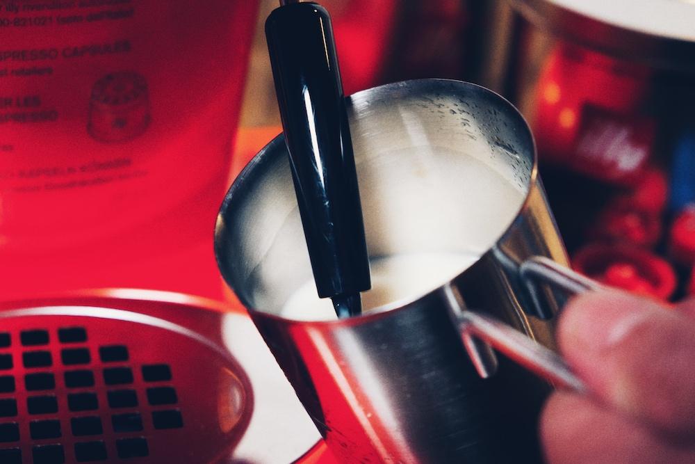 Die Dampfdüse mit Pannarello macht den perfekten Milchschaum