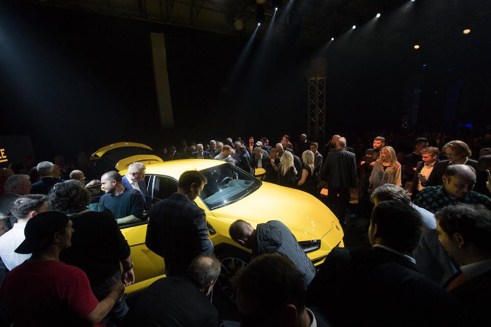 Menschenmenge um den Lamborghini Urus