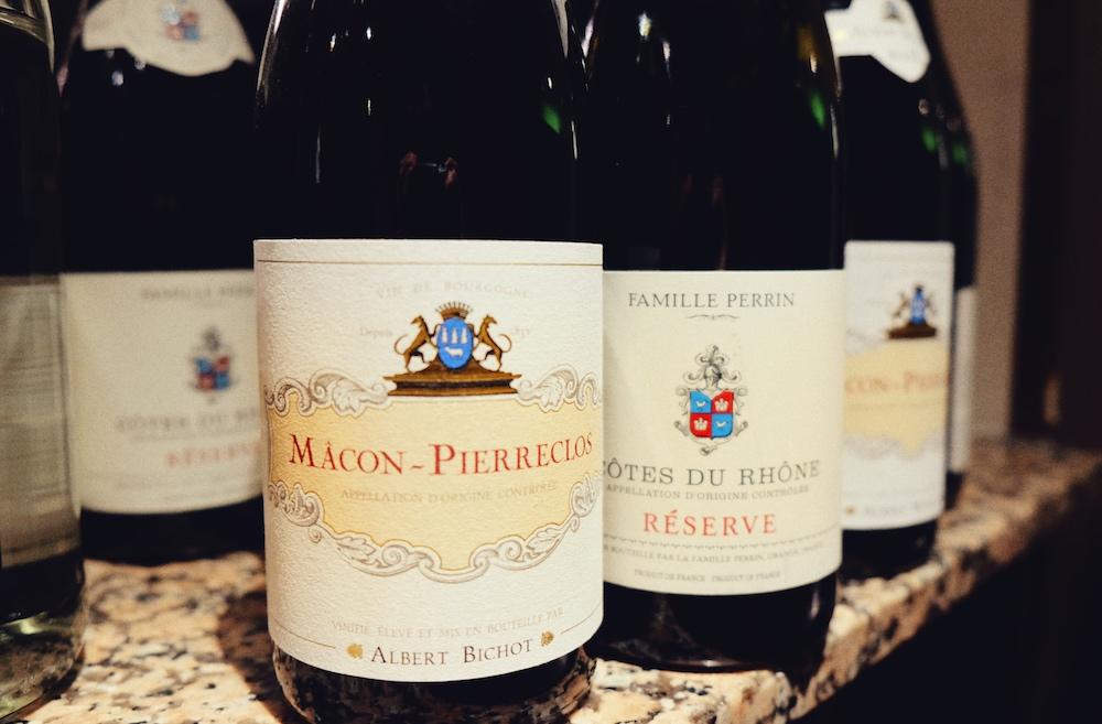 Serviert werden natürlich feine Weine aus Frankreich, die Dominique direkt importiert