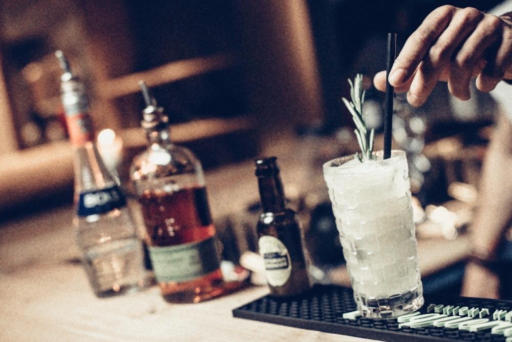 Erstmal einen Drink an der Bar - dringend zu empfehlen