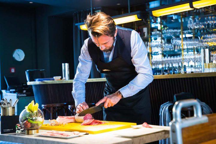 Blogger Bru schneidet mit dem Messer von Tyrolit life