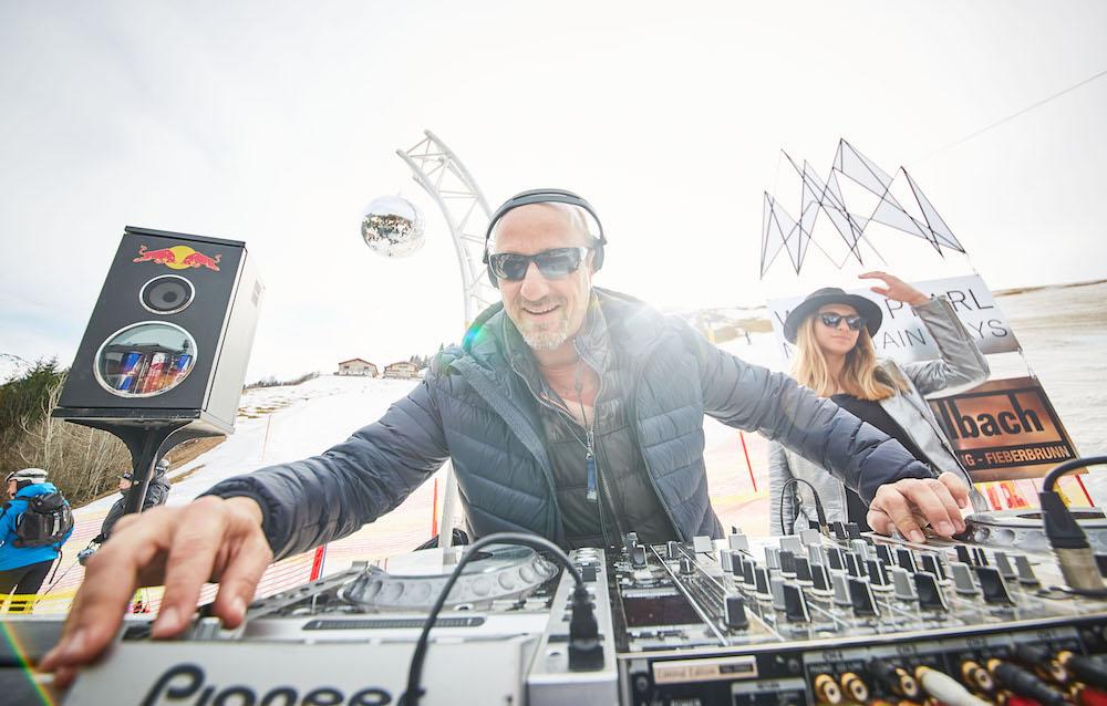 DJ Paul Lomax legt bei den White Pearl Mountain Days auf
