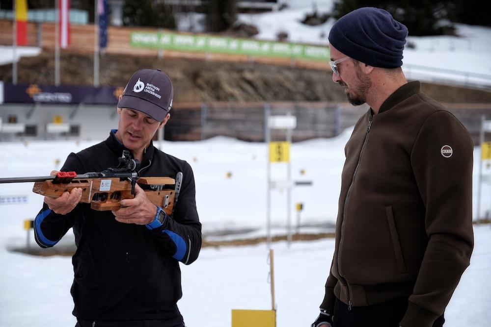 Trainer Franco erklärt Bru, wie er schießen muss