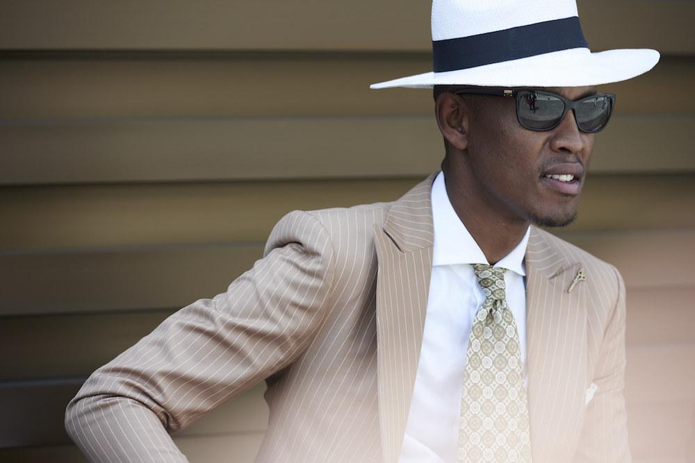 Mann mit Hut und Krawatte