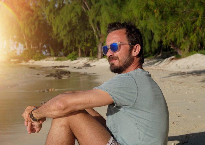Bru mit Maui Jim Sonnenbrille am Strand