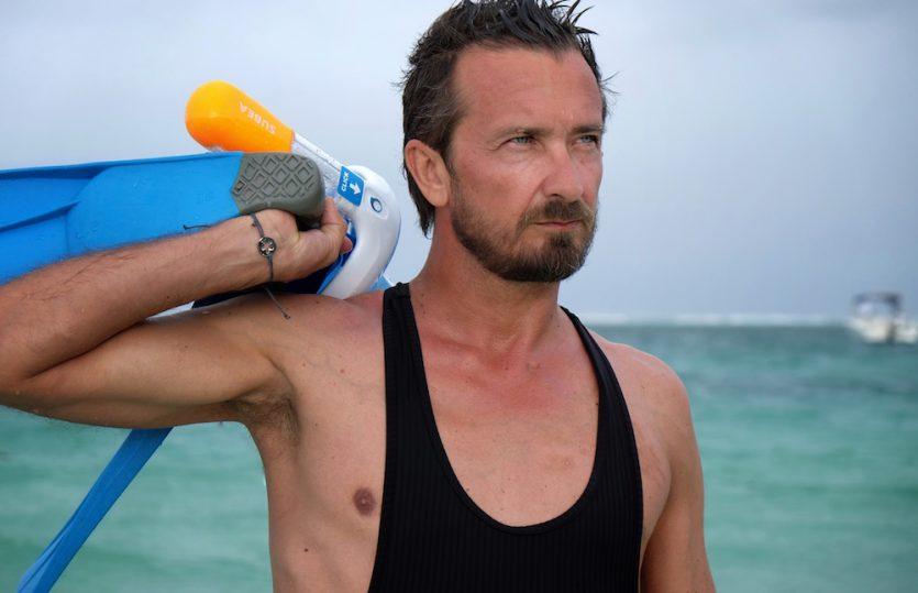 Mann badet: French Riviera Einteiler von Vilebrequin