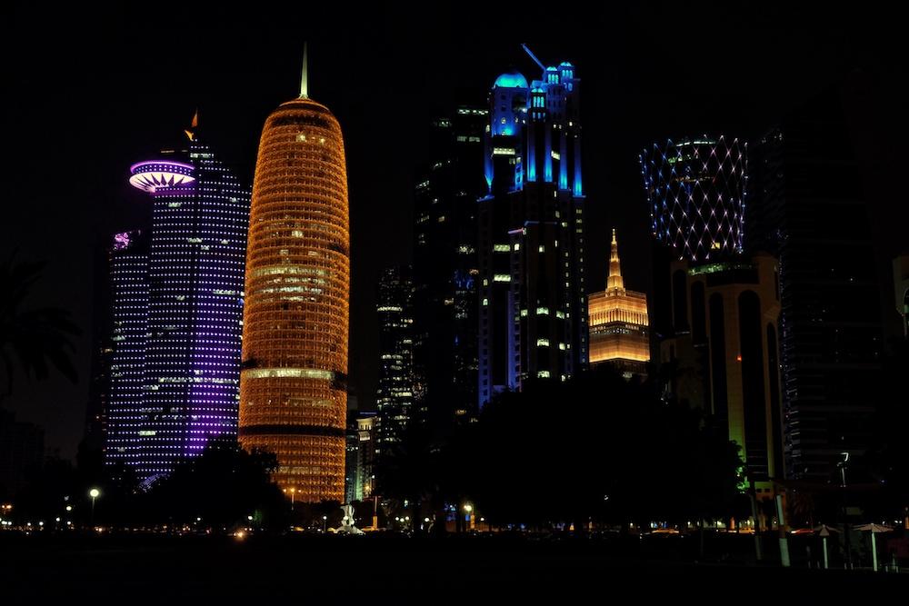 Skyline Doha bei Nacht